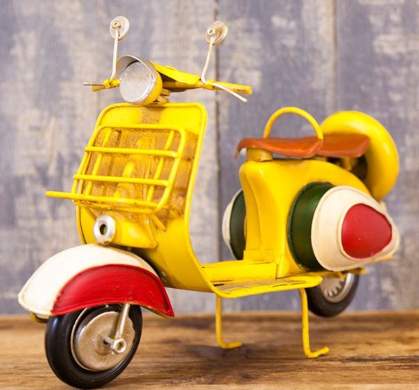 画像1: 輸入雑貨 ブリキ ミニカー 置物 ベスパ スクーター バイク イエロー 黄色 ローマの休日 イタリア ビンテージ調 アンティーク風 1904D-1359 リビングスタジオ (1)